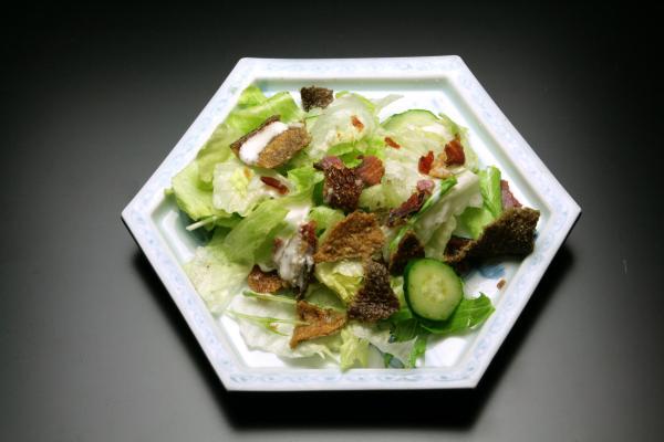 鮭の酒びたしと皮のシーザーサラダ