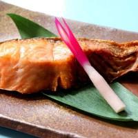 塩引き鮭は、鮭のまち村上が誇る最高の美味で、最高の秋鮭(雄鮭)を素材にしており、村上伝統の手作り製法で作られます。