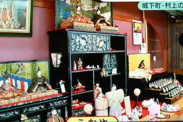 名産の塩引鮭が下がるこの店には江戸から平成までの人形がズラリ