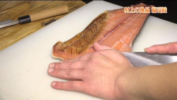 先程多彩な鮭料理を振る舞ってくれた佐藤さんが塩引鮭を使った料理を作ってくれました