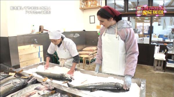 鮭のぬめりを取り終えたら、塩をすり込んでいきます