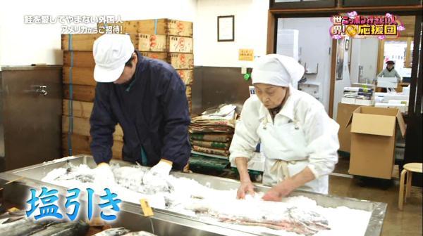 天然の粗塩で鮭から余分な水分を抜き、旨味を染み込ませる塩引