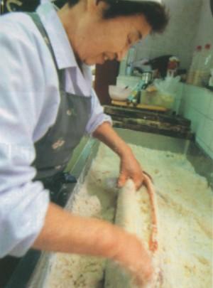 うおや特製塩引鮭 製造中